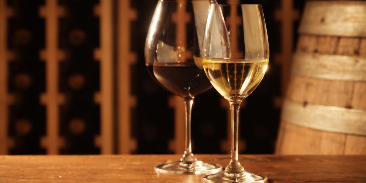 vin rouge vin blanc tonneau dans cave